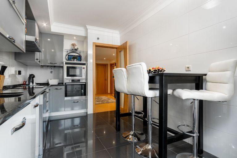 Apartamento de quatro assoalhadas com arrecadação e box na urbanização serra das brancas