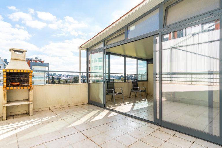 Apartamento T1 com terraço e parqueamento na Quinta do Bom Retiro